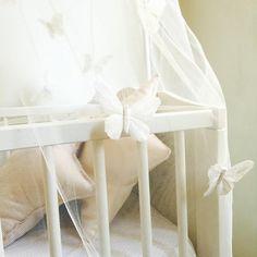 Ciel de lit tulle crème et papillons noeuds or par avriletjim