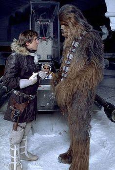 """Harrison Ford e Peter Mayhew durante as gravações de """"Star Wars: Episódio V: O Império Contra-Ataca"""" (1980)"""