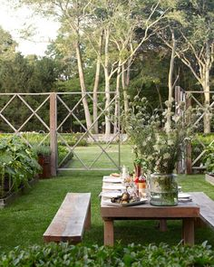 Nothing makes us happier than dinner parties in the backyard. #outdoordecor #backyardgarden (#regram: @minh_ngoc and Lisa Bynon, via…