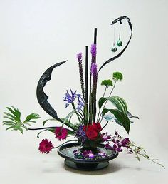flower arrangement with irises Ikebana Arrangements, Ikebana Flower Arrangement, Flower Arrangements Simple, Flower Centerpieces, Art Floral, Floral Design, Flower Show, Flower Art, All Flowers