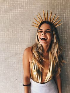 Fantasial de Sol com body dourado para o Carnaval