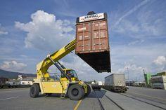 Mit einem fahrbaren Kran werden in einem Hupac-Terminal Container von der Schiene auf die Strasse verladen (Archiv).
