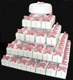 Love this wedding cake with these cute individual cakes to give to wedding guests.    #loledeux