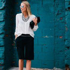 Look escritório no verão com bermuda de alfaiataria + camisa branca.