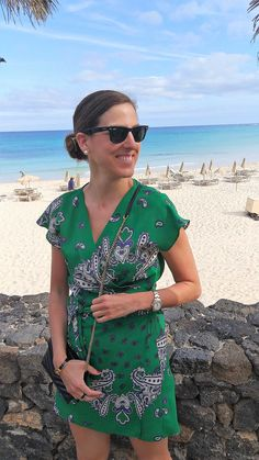 Blog de moda. Ideas para vestir en vacaciones cunado nos vamos a la playa. Look con vestido verde de zara, cuñas de esparto y bolso negro de YSL en Fuerteventura | The Highville.  https://bit.ly/2sXuKHt