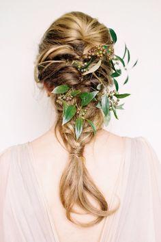 "Trenzas sencillas con elementos naturales... simply perfect! ""http://bit.ly/TrenzasNovia  Megan Robinson Photography"