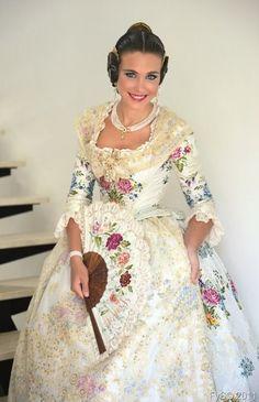 Laura Caballero, Fallera Mayor de Valencia con un traje precioso en blanco. #fallas #fallera