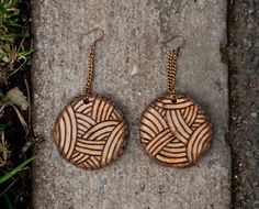 Now here's an idea I have to try. Pyrographed wooden earrings - very simple, very pretty. (I love the overlapping curves.)