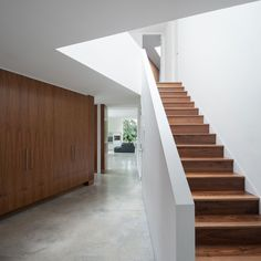 Architecture, Ultra Modern Irregular Wedge House With the Scenery in Surrey, England: Straight Staircase With Wooden Stairs Theme With White. Interior Staircase, Modern Staircase, Staircase Design, Wooden Staircases, Wooden Stairs, Glass Stairs, Floating Stairs, Modern Interior, Interior And Exterior