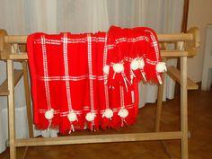 Mantita de bebe tejida en telar con aplicaciones de cintas y pompones. Mod.Julian