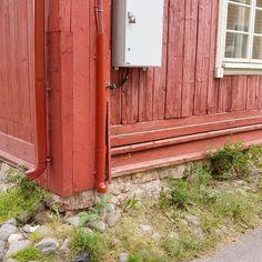 Vanhoissa puukaupungeissa törmää usein kuvanmukaisiin todella mataliin perustuksiin. Kyseessä ei ole mutkat suoriksi vetävä perustustyö vaan koko perustamistapa on erilainen kuin 1900-luvulla yleistyneissä rosseissa eli tuulettuvissa alapohjissa. Kuvan talossa on ainakin alunperin ollut multiaispenkki eli käytännössä eristeetön alapohja. Rakennuksen sisäpuolelle on tehty luiskaukset irtomaasta kivijalan ja ns. multiaishirsien eli ulkoseiniä seuraavan pienemmän hirsikehän väliin. Näin kylmä…