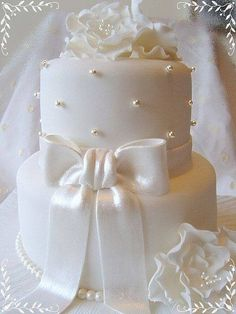 Exquisite All White Wedding Cakes Weddingomania - cute size for a wedding shower Small Wedding Cakes, Wedding Cakes With Cupcakes, White Wedding Cakes, Elegant Wedding Cakes, Elegant Cakes, Beautiful Wedding Cakes, Wedding Cake Designs, Beautiful Cakes, Cake Wedding