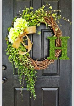 une couronne de porte pour Pâques en branchettes décorée de fleurs