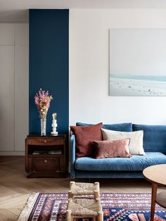 Fall home decor trends for beautiful velvet pillows Navy Blue Sofa, Navy Blue Decor, Blue Sofas, Navy Blue Sectional, Navy Couch, Blue Couch Living Room, Living Room Decor, Living Room Ideas Navy Sofa, Blue And Pink Living Room