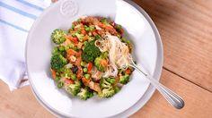 Pollo satay con fideos, verduras y cacahuetes - Elena Aymerich - Receta - Canal Cocina