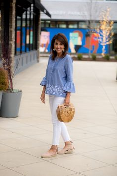 Chambray shirt and white jeans for spring grace+beauty cyndi spivey. 40s Fashion, Fashion Over 40, Women's Fashion Dresses, Urban Fashion, Womens Fashion, Fashion Stores, Fashion Spring, Petite Fashion, Jeans Fashion
