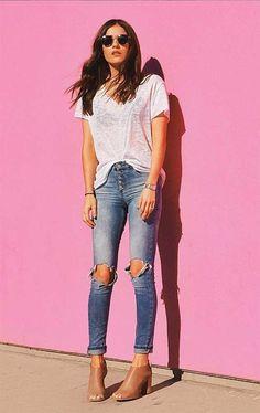 É a informação de moda em uma produção simples e sem frescuras. …tem  camiseta branca em tecido podrinho. Ess… 138878f6a6346