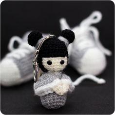 Paire de chaussons baskets et sa Kokeshi assortie by le Royaume des têtes d'épingles
