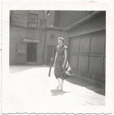 REAR ENTRANCE F.W. WOOLWORTH CO. SIGN WINDY LADY OLD/VINTAGE PHOTO-SNAPSHOT R485