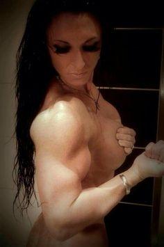 #Bodybuilderin zeigt krassen #Bizeps :) T6 Black - einer der stärksten #Fatburner! Hier mehr Infos und bestellen: http://shredded-n.fit/t6-black
