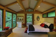 Chalet in Auckland, New Zealand. Beautiful bush chalet surrounded by mature Kauri trees and native birds. Private & peaceful with deck overlooking bush  24km (15 miles) from Auckland airport, 18km (11 miles) to city centre/CBD  Set in over 3000sqm of native NZ bush. Private, peac...