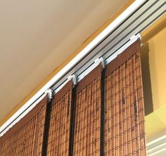 В качестве оформления окна с балконной дверью можно выбрать японские шторы