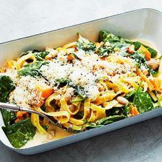 Testa något nytt och gör pastasåsen i ugnen. Du slipper både oset och rörandet och kan göra något kul under tiden. I den krämiga pastasåsen gömmer sig vitlök, rosmarin, butternutpumpa och vita bönor. Addera färsk spenat och parmesan – oj, så gott!