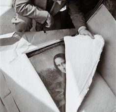 La Mona Lisa , siendo transportada de nuevo al Louvre despues de terminada la Segunda Guerra . //The Mona Lisa being transported back to the Louvre after the end of WWII, 1945