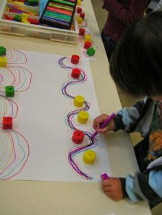 Genellikle çizgi çalışmaları nokta tamamlama şeklinde yapılır.Ancak bu defa farklı bir şekilde yapıyoruz.Çocukların el-göz koordinasyonu...