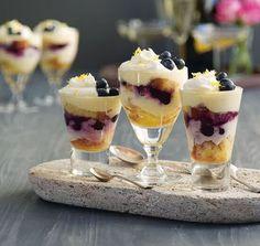 Mini Trifles met Limocello en Blauwe Bessen Trifle is niet alleen lekker... Maar ook een feest voor het oog. Deze trifle kun j...