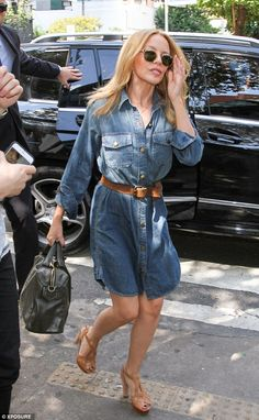 The singer showed off her petite figure in her denim dress and pretty tan sandals Lovely Dresses, Beautiful Outfits, Kylie Minogue Hair, Kylie Minouge, Denim Fashion, How To Look Pretty, Casual Chic, Summer Outfits, Celebs