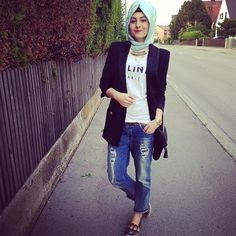 The hijab in the Arabic styles will be design today. So if you be keen on the Arabian Fall/Winter Hijab and Scarf Fashion for prom Girls 2017 patterns. Muslim Fashion, Modest Fashion, Hijab Fashion, Fashion Outfits, Fashion Hats, Fashion Clothes, Hijab Wear, Hijab Outfit, 2016 Fashion Trends
