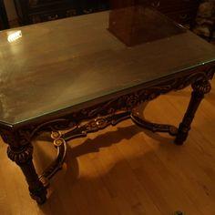 Ritka felújított antik asztal kézi faragással, gyönyörű állapotban, eredeti antik üveglappal. Magyarországi postázás / szállítás lehetséges ! Számlaképes.