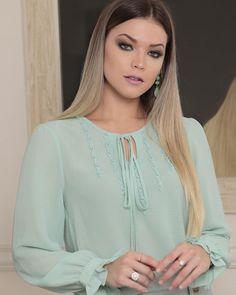 Este posibil ca imaginea să conţină: 1 persoană Frock Fashion, Fashion Dresses, Blouse Styles, Blouse Designs, Mint Shirt, Kurta Neck Design, Designs For Dresses, Pretty Shirts, Mo S