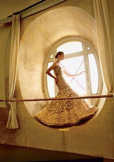 natalia vodianova by annie leibovitz for us vogue november 2014. golden.