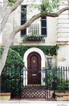 13 Beautiful Photos of Charleston's Historic Homes - Explore Charleston Blog Estilo Charleston, Charleston Homes, Charleston Style, Cool Doors, Entry Foyer, Historic Homes, Curb Appeal, Decoration, Arquitetura