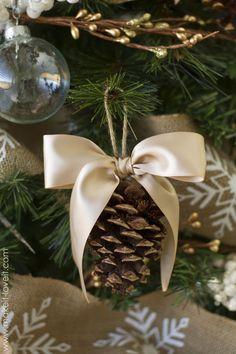 cómo no lo pensé!! tengo muchas en el jardín!! 30 DIY Christmas Tree Ornament Tutorials