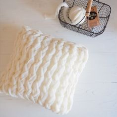 Coussin en laine handy DMC Crochet Diy, Crochet Hats, Painting Carpet, Dmc, Beige Carpet, Arm Knitting, Carpet Runner, Wool, Ideas