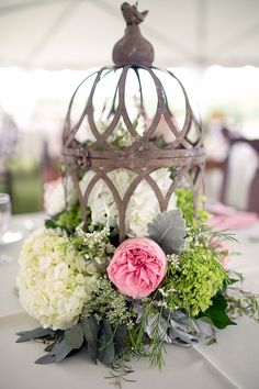 Birdcage and real flowers as wedding decorations ♥♥♥