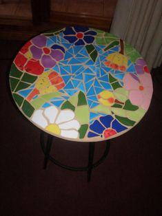 Mesa decorada con mosaico de cerámica, por Noepilar P2270027 Mosaic Furniture, Hand Painted Furniture, Mosaic Tray, Mosaic Glass, Mosaic Crafts, Mosaic Projects, Warm And Cold Colours, Painted Glass Vases, Mosaic Stepping Stones