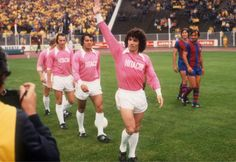 Barcelona players laughing at Kevin Keegan and other HSV players in their pink jerseys. 1977