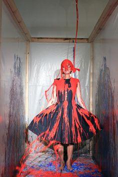 """De 9 a 19 de março, o Sesc Belenzinho sedia a mostra """"Move!"""", vinculada ao Museu de Arte Moderna – MoMA de Nova Iorque. Repleta de instalações de estilistas e artistas brasileiros e estrangeiros, a exposição tem como proposta abrir uma discussão sobre as interações entre moda e arte."""