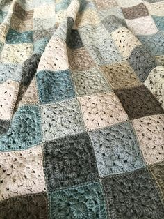 Coco Rose Diaries: Behind the Scenes. Crochet Diy, Crochet Home, Crochet Crafts, Crochet Projects, Crochet Quilt, Filet Crochet, Granny Square Crochet Pattern, Afghan Crochet Patterns, Crochet Squares