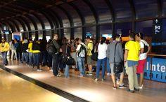 Foto: Susana Gómez Manrique. Desde las 5 de la mañana en el Aeropuerto José María Cordoba, muchos de los pasajeros ya estaban usando la camiseta de la selección.