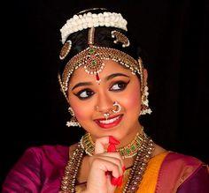 Jwala Rejimon is a Bharatanatyam dancer in Indiana, USA. Jwala has performed in many esteemed Sabhas and dance festivals around the world. Indian Women Painting, Indian Classical Dance, Festivals Around The World, Woman Painting, Dancers, Bride, Beauty, Fashion, Wedding Bride