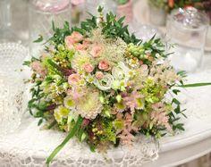 Svadobná kytička uviazaná z drobných kamiliek alchemilky veroniky a jemných miniružičiek.  #kvetysilvia #kvetinarstvo #kvety #svadba #love #instagood #cute #follow #photooftheday #beautiful #tagsforlikes #happy #like4like #nature #style #nofilter #pretty #flowers #design #awesome #wedding #home #handmade #flower #summer #bride #weddingday #floral #naturelovers #picoftheday