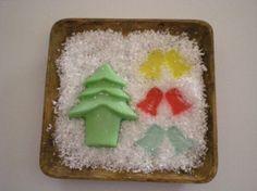 Bandeja de madera, tamaño 20x20 cm, jabón de glicerina, árbol de navidad y 6 campanitas, colores rojo, azul, verde  y amarillo, esencia de limón