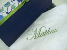 Caixa infantil em MDF Revestida com Tecido, acompanha toalha de mão bordada.