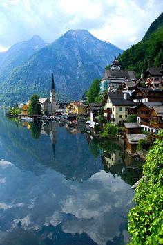 Viaggi Austria. Hallstadtt, piccolo paese su un lago.