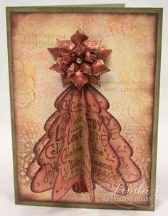 Navidad DIY: cartulina y papeles de regalo pegados entre si y un origami de flor o estrella